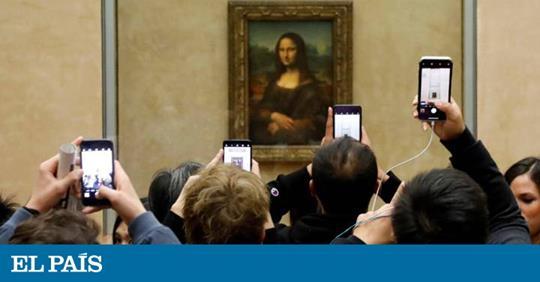 publico haciéndose selfies con la gioconda